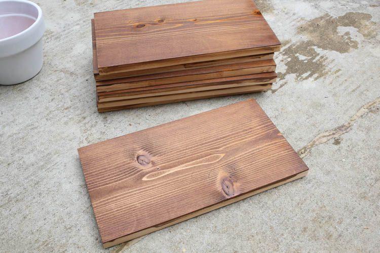planches de bois de cèdre teinté pour l'arrière de la jardinière verticale