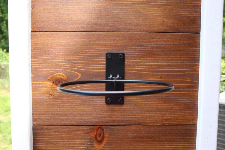 crochets de jardinière fixés au support de bricolage de jardinière verticale avec des vis dans des planches de bois
