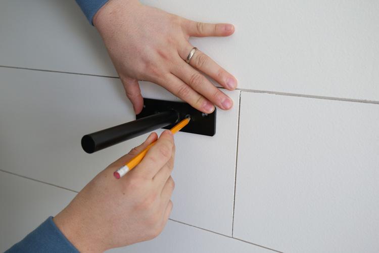 trous de marquage pour les vis de support en acier sur le mur