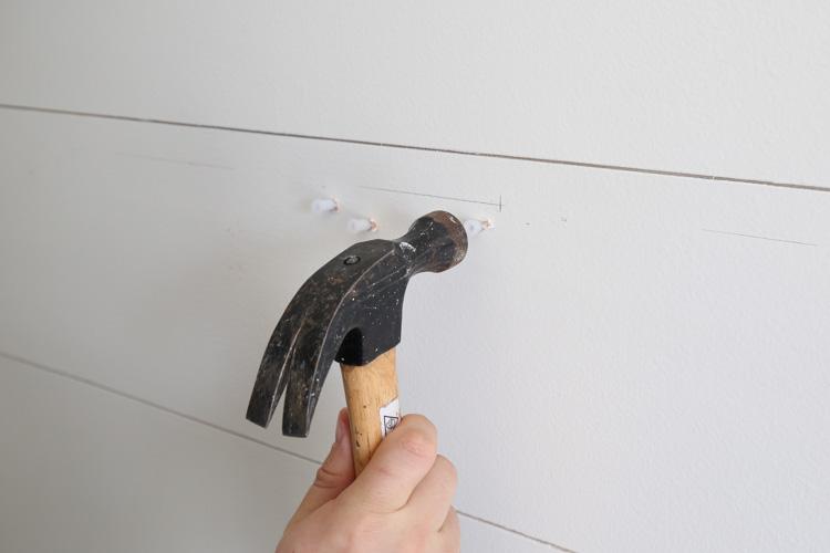 tapoter les ancrages muraux dans les trous avec un marteau