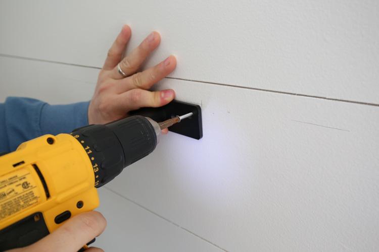 installer le premier support à l'aide de vis et les percer dans les ancrages muraux