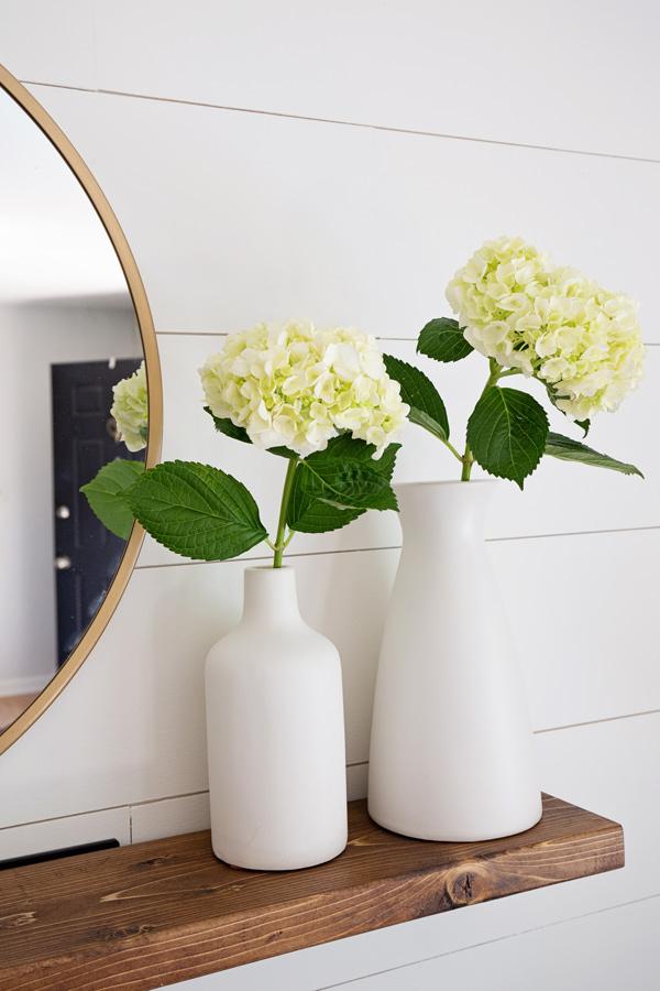 Étagère flottante facile à bricoler avec des hortensias dans deux vases