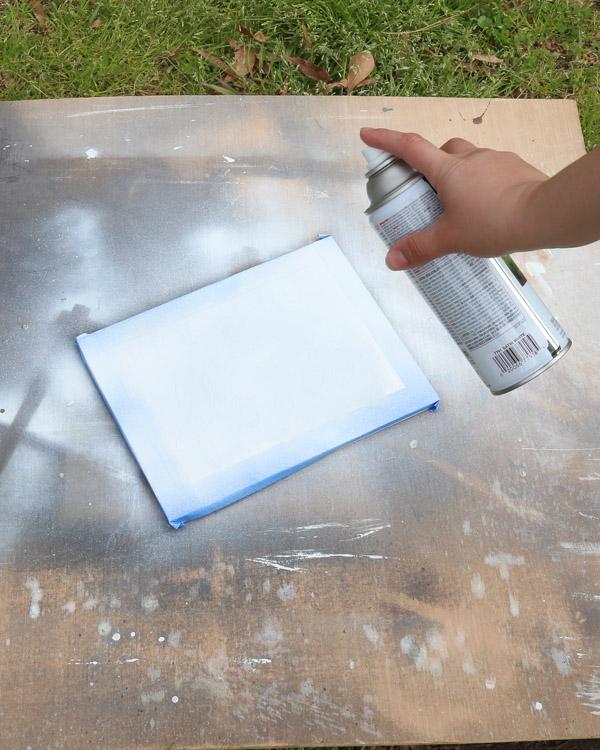 peinture au pistolet sur pochoir en vinyle sur panneau en bois pour transférer la conception