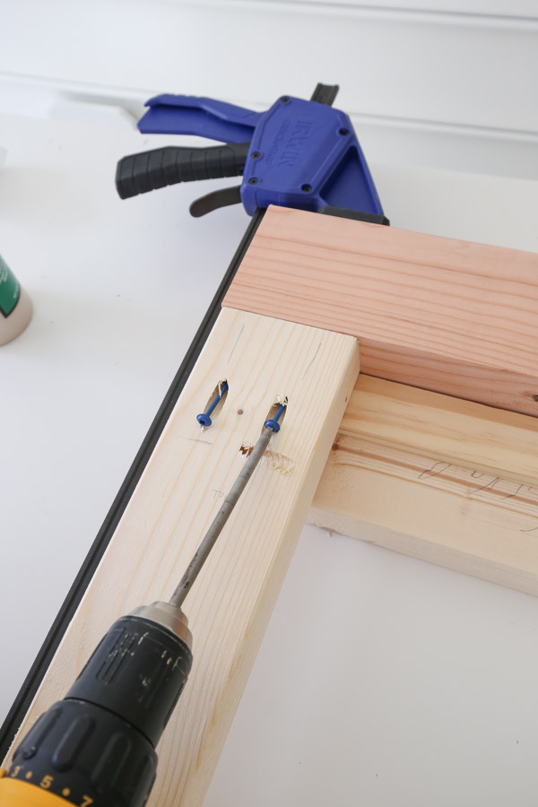 Assemble the side frames of the DIY workbench with Kreg screws